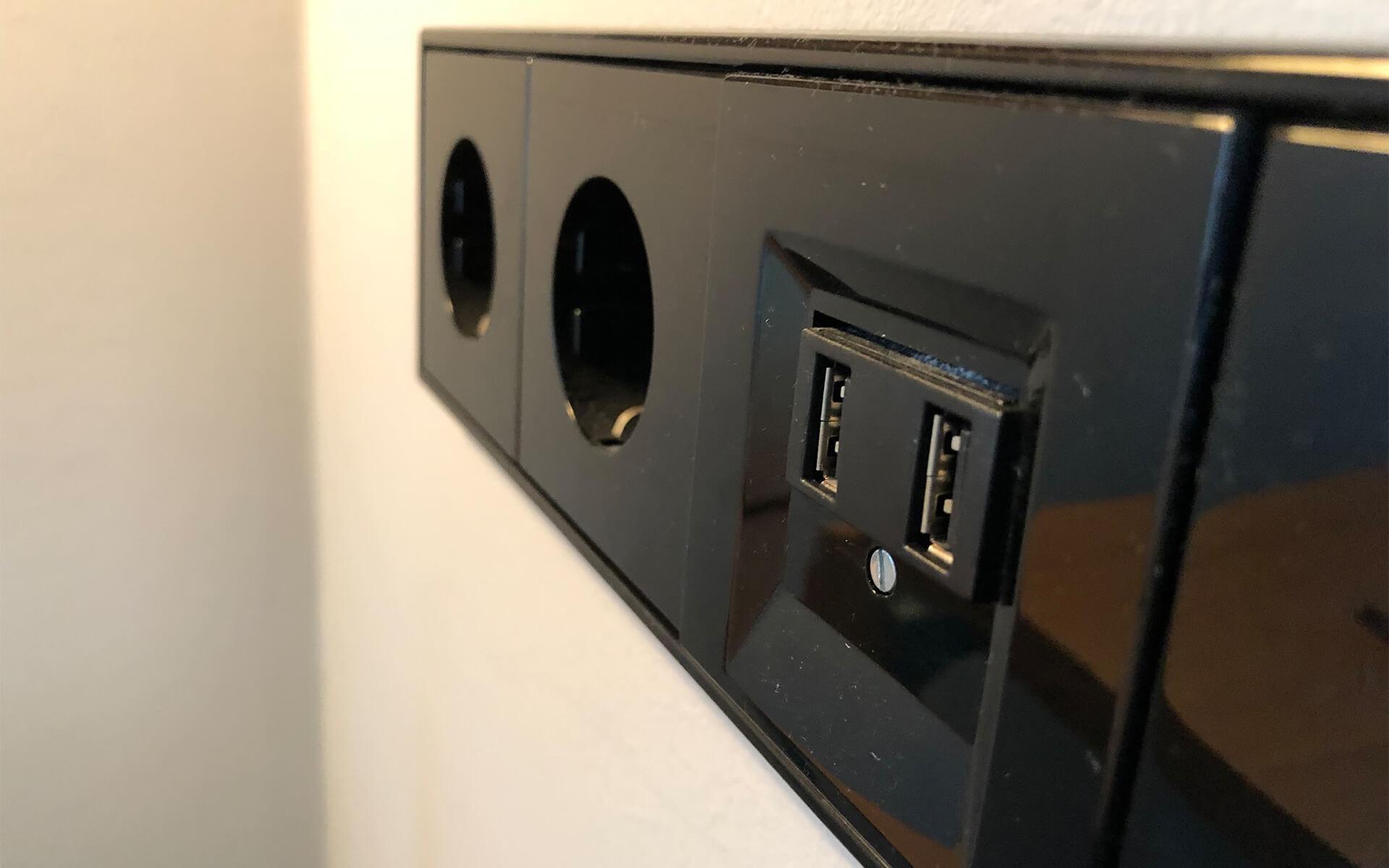 Neben den Standardstromanschlüssen bietet diese Steckdosenleiste auch USB-Ports